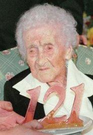 Dünyanın literatüre geçen en uzun yaşamış insanlarından Jeanne Calment, 1996 yılında 121. yaş gününü kutlarken. Calment, bu fotoğraftan sadece bir yıl sonra, 1997'de hayata gözlerini yummuştur.